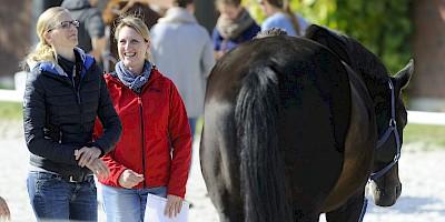 Zwei Teilnehmerinnen mit Pferd im Unterricht