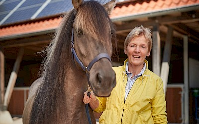 Klimapatin Beatrix Schulte Wien mit Wildpferd Harry